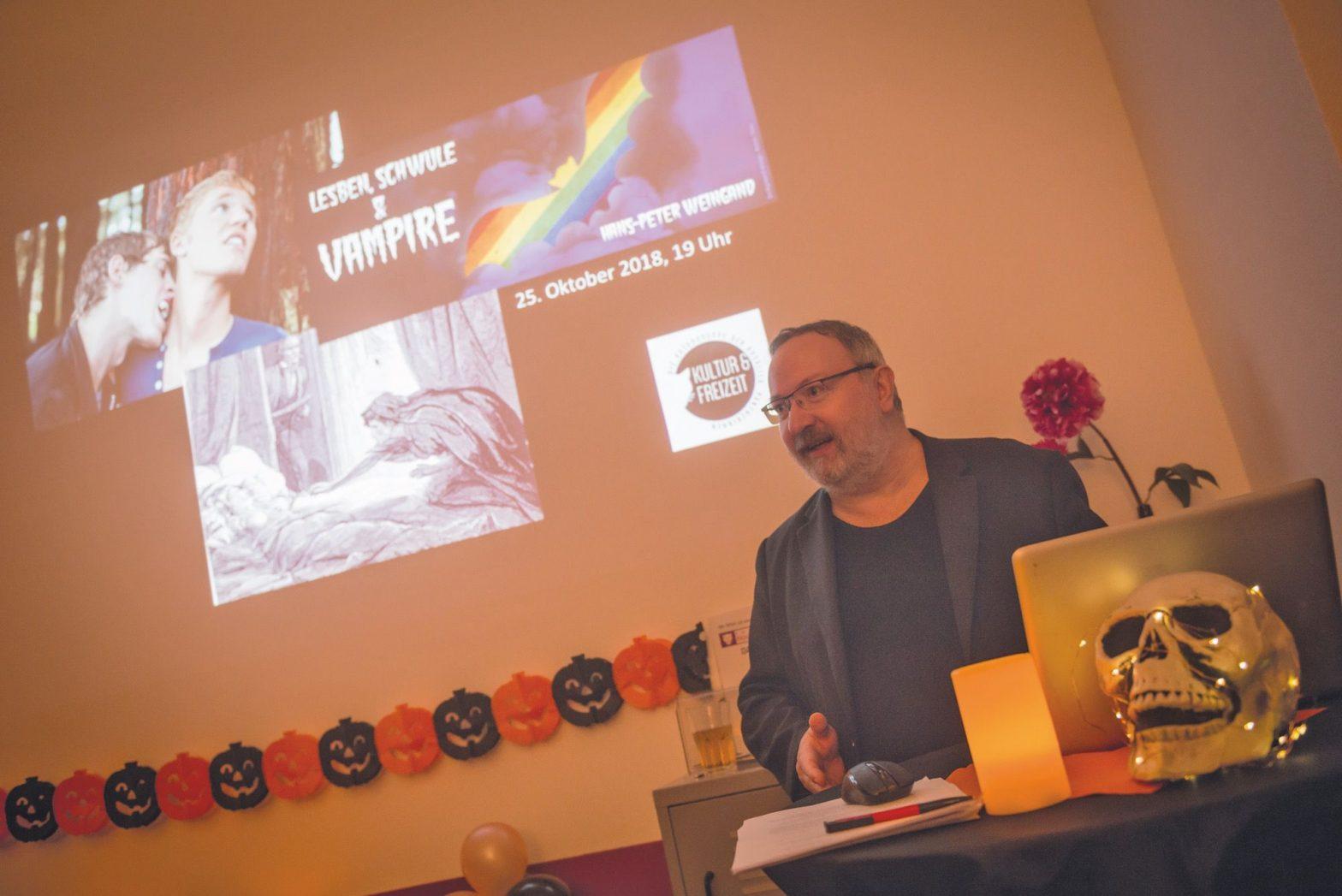 Hans-Peter Weingand hält einen Vortrag über Vampire